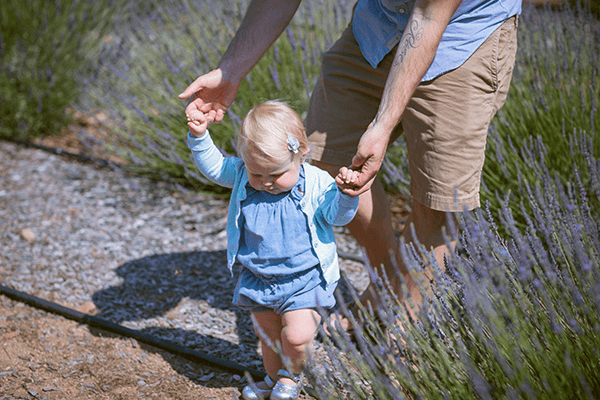 Kind lernt laufen